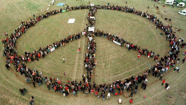 Rund 3000 Menschen bilden das Peace-Zeichen