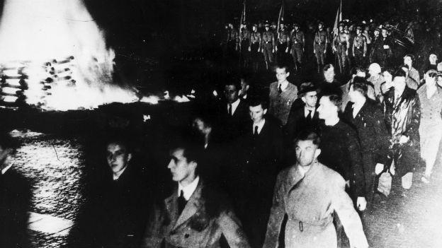 Undeutsches zu den Flammen: Bücherverbrennung, 1933.