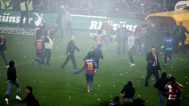 Platzsturm nach dem Schlusspfiff: FCB - FCZ, 2006.