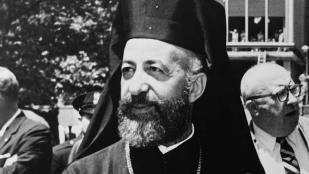 Der zypriotische Erzbischof Makarios III. auf einer Aufnahme aus dem Jahr 1962, schwarzweiss, mit markantem Bart und Bischofsgewand.