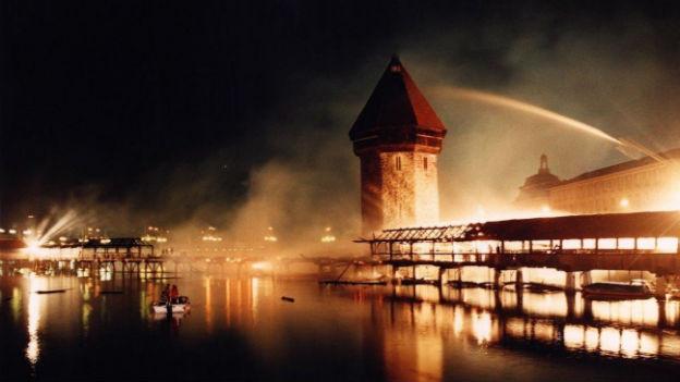 Ein Symbol brennt nieder: Kappelbrücke, August 1993.