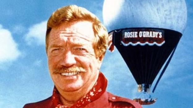 Joe Kittinger, mit Schnauz und in Pilotenuniform, vor seinem Ballon, mit dem er den Atlantik überquerte.