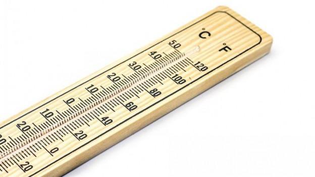 Ein Thermometer mit zwei verschiedenen Temperaturskalen, Grad Celsius und Fahrenheit.