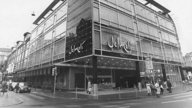 Ein Schwarzweiss-Foto des Jelmolis in Zürich aus dem Jahr 2015, mit dem typischen Jelmoli-Schriftzug.