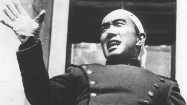 Yukio Mishima auf dem Balkon des Armeehauptquartiers in Tokio, kurz vor seinem Selbstmord, ein traditionelles japanisches Gewand mit Kopftuch an (25. November 1970).