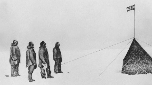 Endlich am Südpol: Roald Amundsen und Begleiter.
