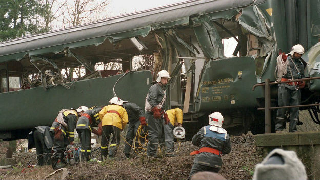 Baukran gestreift: Zugunglück in Däniken, 1994.
