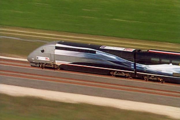 Luftaufnahme des rasenden TGVs.