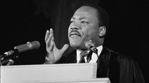 Der Kopf Martin Luther Kings hinter Mikrofonen, eine Schwarzweiss-Aufnahme an einem Auftritt in Washington D.C., wenige Tage vor Kings Tod (31. März 1968).