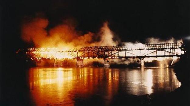 Die Holzbrücke in Büren an der Aare brennt lichterloh, es ist Nacht.