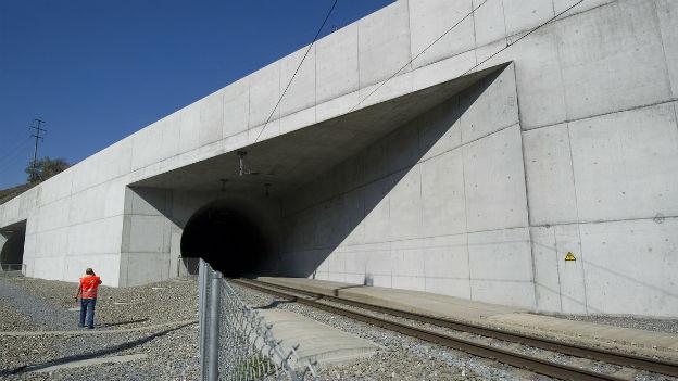 Plötzlich diese Durchsicht: Lötschberg-Basistunnel, 2005.