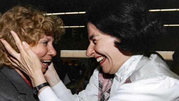 Ursula Koch freut sich mit Christiane Brunner über ihre Wahl zur SP-Präsidentin.