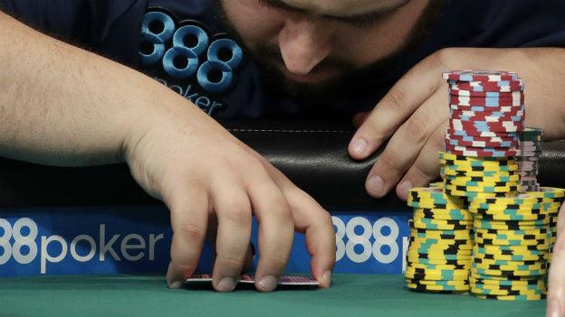 Fünf Karten, und vielleicht sehr viel Geld: Pokerspiel.