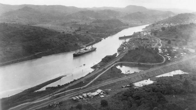 Blick vom Cerro Luisa auf den neu gebauten Panamakanal im August 1914.