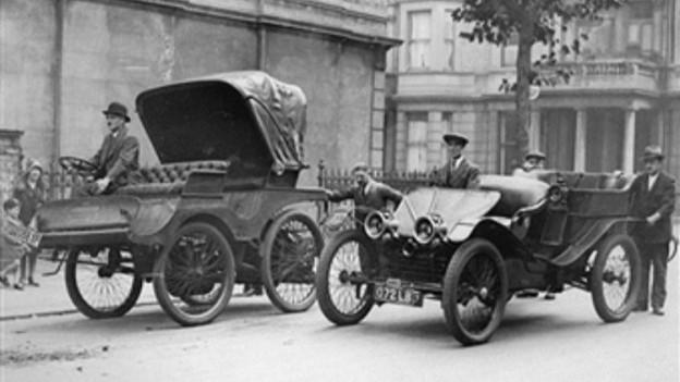 Automobile auf Londons Strassen im Jahr 1896.