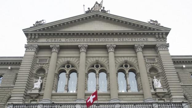 Das Bild zeigt den Eingang des Bundeshauses in Bern.