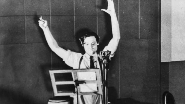 Das Bild zeigt, wie das Radiohörspiel Krieg der Welten aufgezeichnet wurde.