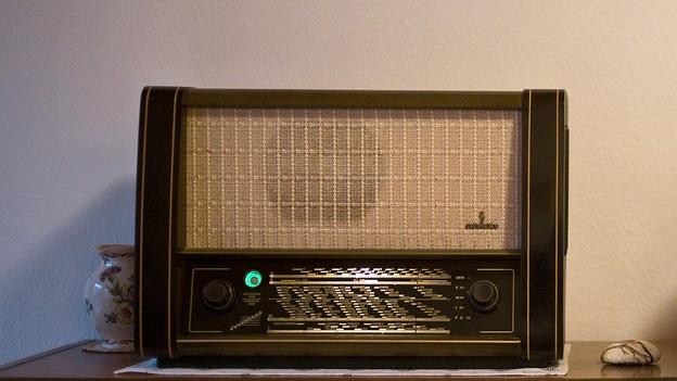 Das Bild zeigt ein altes Radiogerät.