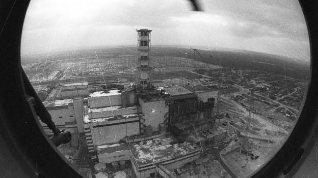 Das havarierte Kraftwerk aus dem Helikopter fotografiert.