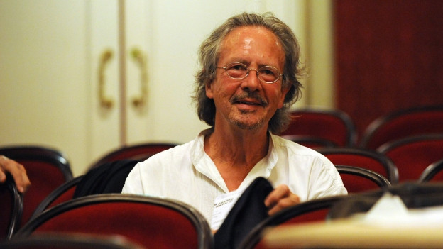 Der Schriftsteller Handke in einem Theatersaal