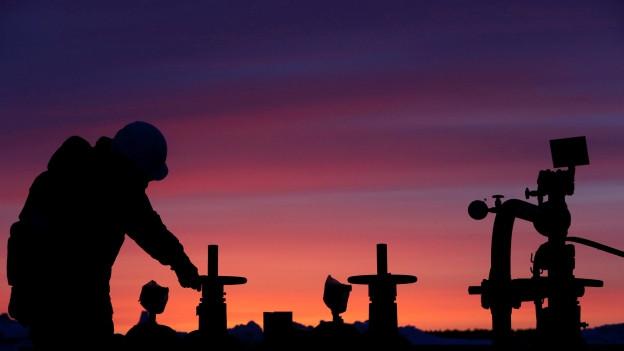 Arbeiter bei Ölpipeline