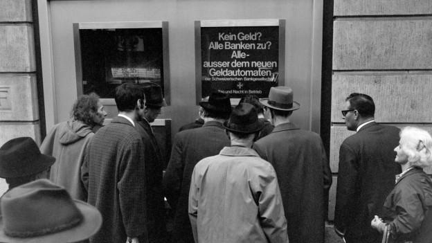 Der erste Bankomat ist am 27. Juni 1967 in Enfield im Norden Londons eröffnet worden. Noch im selben Jahr gab es auch in Zürich den ersten Versuch mit einem Geldautomaten.