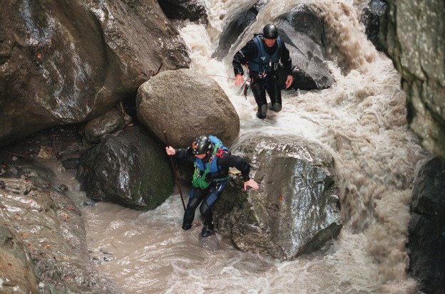 Rettungskräfte suchen nach Vermissten im Saxetbach