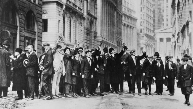 Menschen die anstehen vor der Börse