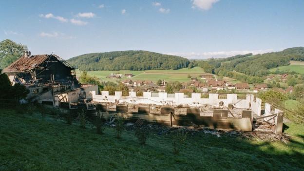 Hier wurden 23 Tote gefunden: Zerstörter Bauernhof in Cheiry (FR).