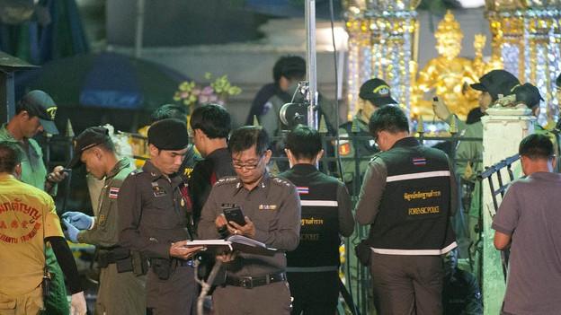 17. August 2015: Die thailändische Polizei untersucht den Schrein nach einem Bombenattentat