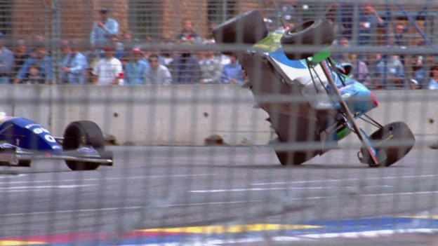Schumacher fliegt von der Strecke, wird aber trotzdem Weltmeister
