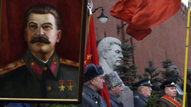 Anähnger der kommunistischen Partei Russlands feiern Stalins Geburtstag in Moskau.