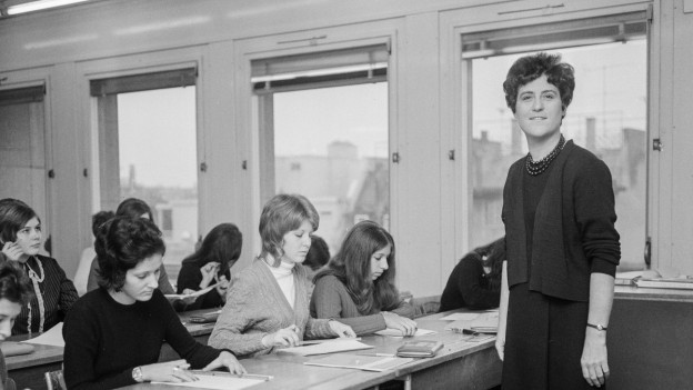 Emilie Lieberherr unterrichtet an der Berufsschule in Zürich, aufgenommen im Januar 1970, einen Tag nach ihrer Nominierung als Stadtratskandidatin.