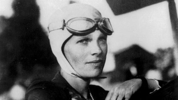 Flugpionierin Amelia Earhart im Cockpit