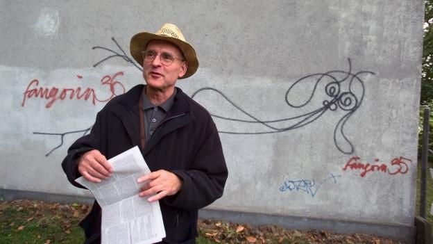 """Harald Nägeli und sein Werk """"Undine"""" im September 2004."""