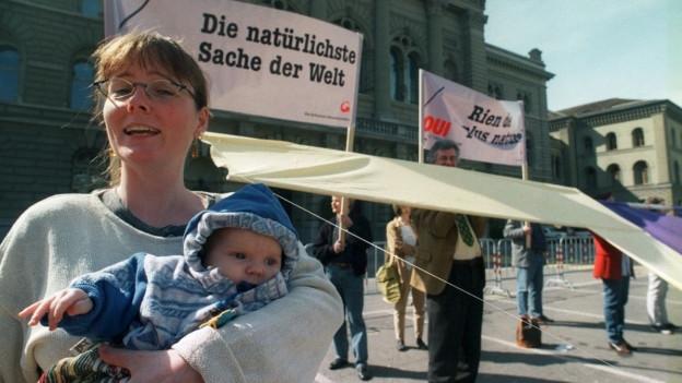 Ja-Kampagne zur Mutterschaftsversicherung, im April 1999 vor dem Bundeshaus