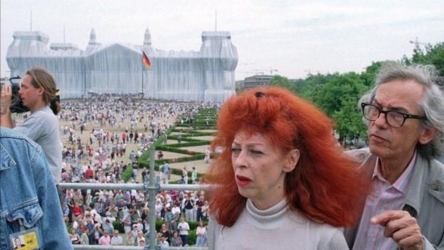 Jeanne-Claude und Christo vor dem verhüllten Reichstagsgebäude