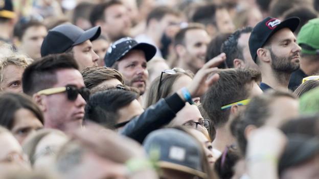 Zuschauer feiern am Gurtenfestival.