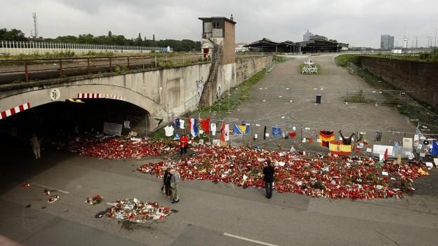 Trauerkerzen brennen am Ort, wo die tödliche Panik ausbrach.