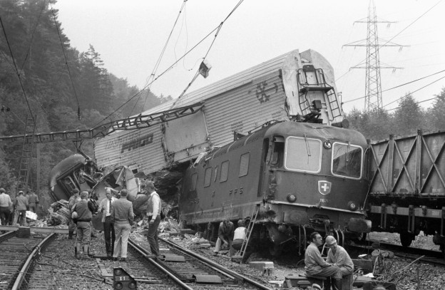 Aufräumarbeiten nach dem Zugunfall bei Othmarsingen 1982