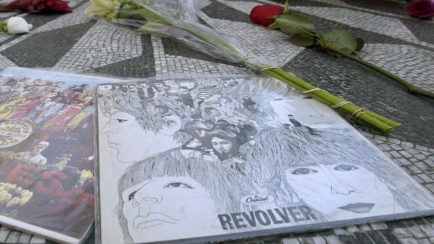 Ein «Revolver»-Album liegt an der Gedenkstätte des verstorbenen Beatles John Lennon.
