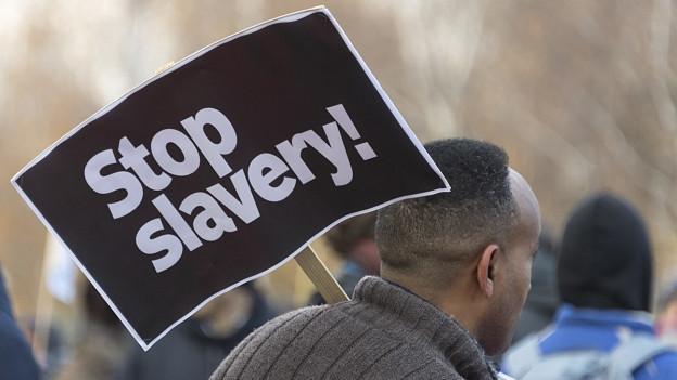 Demonstranten protestieren gegen Sklaverei und Gefängnislager in Libyen, in Basel, am Samstag, 2. Dezember 2017