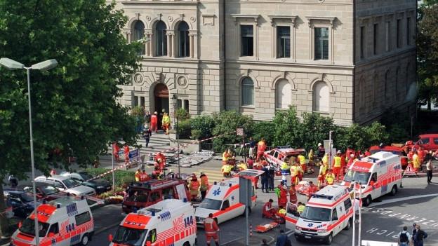 Krankenwagen vor dem Zuger Kantonsparlament am 27.9.2001
