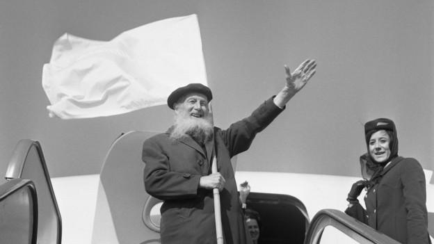 Der Schweizer Friedensapostel Max Daetwyler besteigt am 28. Februar 1968 am Flughafen Kloten ein Flugzeug nach Washington.