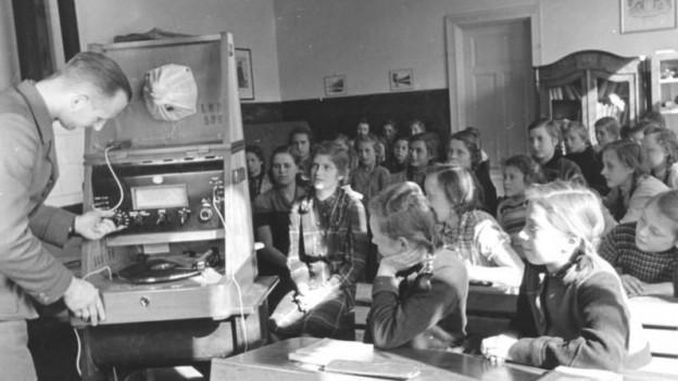 Schulklasse während einer Schulfunksendung