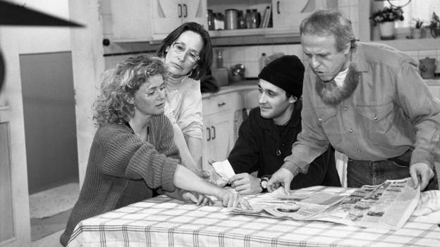 """Szene aus der Schweizer Sitcom """"Fascht e Familie"""""""