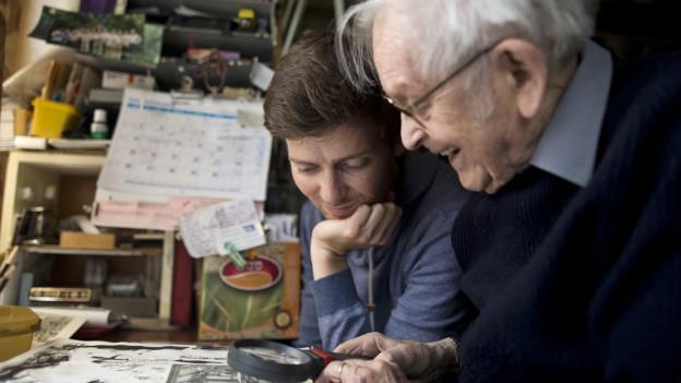 Yehuda Bacon in seinem Atelier in Jerusalem mit einem Volontär der deutschen Aktion Sühnezeichen Friedensdienste