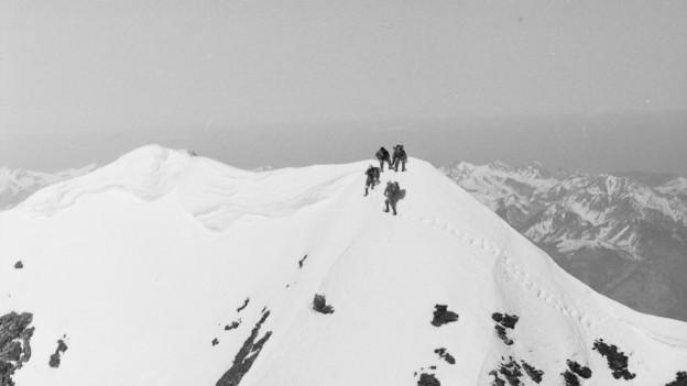 Vier Bergsteiger im Schnee