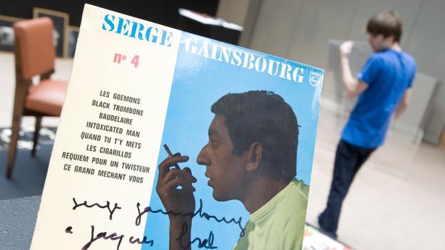 Platte von Serge Gainsbourg bei einer Auktion in Paris