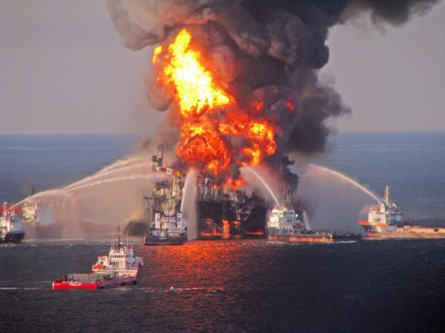 Die Ölplattform Deepwater Horizon steht in Flammen.